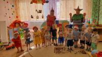 Смешинка в рот попала, всем веселее стало!         1 апреля самый веселый праздник – День Смеха. Ребятишки младшей группы «Ладушки» повеселились на славу, в гости к ним приходил клоун Лорик. Лорик пришел с разными фокусами: воздушные пузырки, летящие