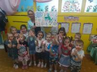 В группе «Любознатики» прошла неделя доброты. Дети рисовали улыбки и дарили их друг другу. На занятии по лепке мы лепили «Сердечко доброты» и дарили своим родителям. Узнали, как можно делать добрые дела и помогать близким. Вспоминали добрые и вежливы