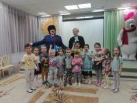 Почтальон Печкин в гостях у Любознатиков. К малышам в гости приходил почтальон Печкин. Он пришел с веселыми танцами, играми и песнями. Ребята отлично провели время..