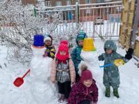 Сегодня ребятишки группы «Лучики» особенно торопились на прогулку, потому что выпал первый снег. Участки детского сада превратились в волшебный мир, в котором без устали играли в снежки, лепили снеговика. Так же дети побеседовали о свойствах снега и